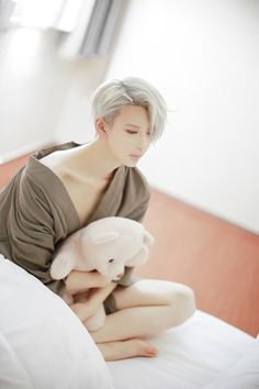 Viktor Nikiforov ღ Cosplay ღ Anime: Yuri! On Ice ❄️ Anime Cosplay, Epic Cosplay, Male Cosplay, Cosplay Makeup, Amazing Cosplay, Cosplay Outfits, Cosplay Costumes, Couples Cosplay, Yuri On Ice