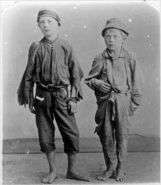 Jacob A. Riis (1849-1914) qui se disait lui-même « un piètre photographe » est un pionnier de la photographie sociale et s'impose comme le premier vrai journaliste-photographe de l'Amérique.