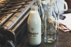 In unserer Milchbar in der Rosa-Luxemburg-Straße erwarten euch frische Bio-Milch aus Brandenburg, feine Buchstaben-Pralinen und köstliche Kaffee-Kreationen. #foodie #berlin