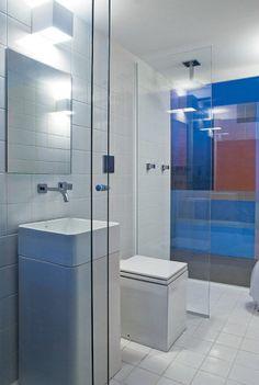"""Compacto e funcional. O projeto de uma casa idealizada para a mostra BGourmet pelo arquiteto Gustavo Calazans, de São Paulo, propõe a reflexão do aproveitamento de espaços residenciais ao elaborar ambientes com módulos encaixáveis, que se adaptam ao estilo de vida contemporâneo. No banheiro de 3 m2, o visual prima pela simplicidade e contrasta com os outros espaços da casa. """"O azulejo branco 15 x 15 cm é um acabamento tradi..."""
