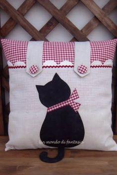 Almofada com apliqueé de gato.  Cushion with apliqueé cat.