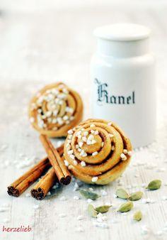 Zimtschnecken oder Kanelbullar, fast jedes Originalrezept aus Schweden enthält Kardamonm