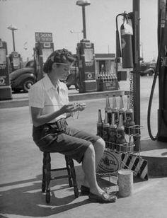 1940s gas station attendant knitting. by Cosa c'è di nuovo?
