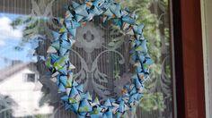 Kahvipusseista valmistettu ovikranssi on uusiokäyttöä parhaimmillaan! Candy Wrappers, Recycling, Coffee Bags, Diy Projects, Wreaths, Christmas, How To Make, Crafts, Diy Ideas