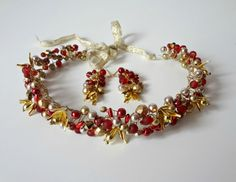 Coronita impletita cu margele  rosii si aurii