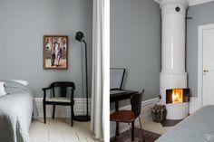 Skrivbord, matt svart, 30-tal med fina detaljer 70x50 Pris: 2500:-  Jugend stol inköpt på Lauritz, nyklädd sits hos tapetserare med tyg från brittiska William Morris, matt svart  Pris: 3500:-  Golvlampa, mörkgrå från IKEA, 500:-