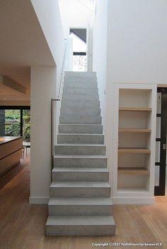 In een woning in Soest heeft MBS Betontrappen en Speciaalproducten een betontrap geplaatst. Entryway Stairs, House Stairs, Modern Staircase, Staircase Design, Staircase Remodel, Stair Steps, Duplex House, Beach House Decor, Prefab