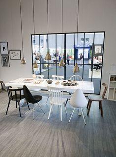 Niet 1, niet 2, maar 5 hanglampen boven de tafel. Gespot in het vtwonen inspiratiehuis op de beurs 2014.