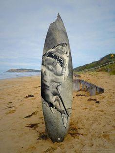 El australiano Jarryn Dower, combina sus dos pasiones, la pintura y el surf. Este habilidoso artista recolecta tablas de surf viejas y pinta sobre ellas.