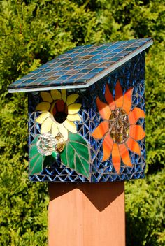 How to cheer a bird's day up! Bird House Stained Glass Mosaic Daisy Flower by NatureUnderGlass Mosaic Crafts, Mosaic Projects, Stained Glass Projects, Mosaic Art, Mosaic Glass, Glass Art, Mosaic Birds, Mosaic Flowers, Mosaic Birdbath
