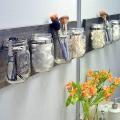 Des bocaux étagère. Tuto sur http://thediyplaybook.com/2013/04/mason-jar-organizer.html