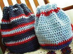 Ecco un po' di schemi e istruzioni per creare zainetti a maglia o all'uncinetto: procedimento, materiali e foto per creare in estate e in inverno!