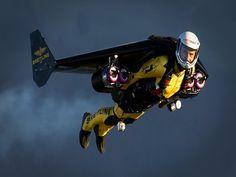 Yves Rossy (1959), surnommé Jetman, est un pilote et inventeur suisse. Il a développé une aile rigide munie de réacteurs qui lui permet d'atteindre la vitesse de 300 km/h