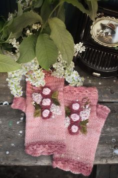 Knitted fingerless gloves with flowers vintage style hand embroidery Handmade Ideas, Handmade Toys, Crochet Patterns Amigurumi, Knitting Patterns, Floral Embroidery, Hand Embroidery, Fingerless Gloves Knitted, Beautiful Gifts, Vintage Accessories