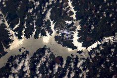 ブラジルのアマゾン川に反射する太陽