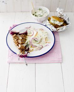 snelle souvlaki met koolrabi-yoghurtsalade
