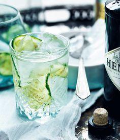 Så simpel. Den populære drink med de få ingredienser, gin og tonic, kan både nydes på en varm sommerdag eller til vinterens fester. Her får du den bedste opskrift!