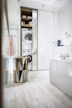 Signed Mobalpa, this bathroom combines wood and white in a contemporary style and gives pride of place to storage, including a laundry room. Bathroom Interior, Small Room Bedroom, Bathrooms Remodel, Laundry In Bathroom, Shop Interior Design, Home, Interior Design Living Room, Interior, Bathroom Design