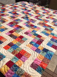 Love the quilting, love the quilt.  Simple to great effect.