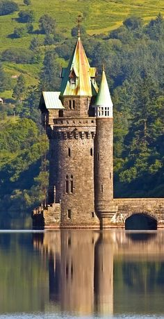 abandoned castles medieval U. Beautiful Castles, Beautiful Buildings, Beautiful Places, House Beautiful, Amazing Places, Chateau Medieval, Medieval Castle, Medieval Tower, Lake Vyrnwy Hotel