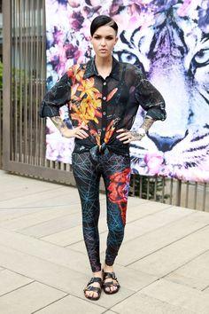 Pin for Later: Bei tropischen Temperaturen trägt man... tropische Prints! Street Style: Tropische Muster