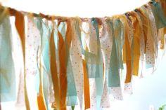 Gek op DIY? Deze stoffen-slinger wappert niet alleen fijn op je bruiloft, maar ook thuis.