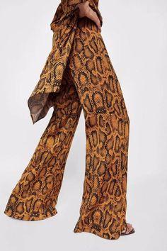 Snake Print That Make You Look Stylish activation Animal Print Fashion, Fashion Prints, Animal Prints, Skins Clothing, Snake Print Pants, Zara Trousers, England Fashion, Autumn Fashion 2018, Printed Trousers