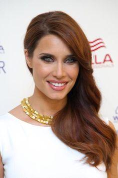 Pilar Rubio con i capelli castano sul mogano portati su una spalla