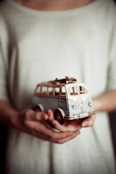 love this vintage VW bus Vw Vintage, Vintage Love, Renault Talisman, Volkswagen T1, Dream Cars, Objets Antiques, Combi Vw, Vw Camper, Mini Camper