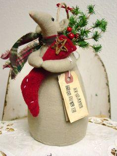 Christmas mouse - Her Crochet Christmas Craft Fair, Felt Christmas Decorations, Christmas Makes, Primitive Christmas, Christmas Activities, All Things Christmas, Holiday Crafts, Christmas Ornaments, Mouse Crafts