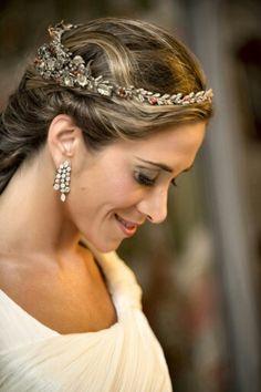 Corona de cera en tonos dorados con piedras de coral para Macarena - Golden bridal headpiece with coral beads for Macarena