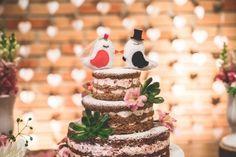 A combinação dos noivinhos no topo com o formato do bolo é objeto de curiosidade da maioria dos convidados, mas o sabor também importa. Te mostraremos os tipos de cobertura mais procurados.