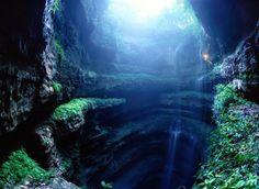 A Gruta das Andorinhas (Espanhol: Sótano de las Golondrinas), é um abismo natural localizado na cidade de Aquismón pertencente ao estado mexicano de San Luis Potosi.