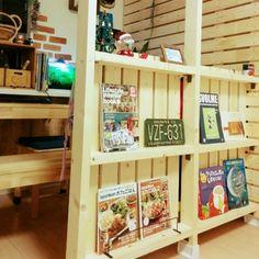 すのこを固定してマガジンラックを設置するアイデア。壁から離れたところに設置をすることで、仕切りや目隠しの役割も果たして空間を生かしたインテリアを作れます。 My Little Corner, Kidsroom, Kitchen Storage, Bookshelves, Magazine Rack, Diy And Crafts, Interior Design, Wall, House