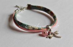 """Bracelet """"Mendoza"""", ruban fleuris coloré et lien de suéidne rose pailleté, avec breloques (libellule argentée et perles) Léon et les citronniers*"""