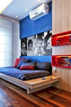 Quarto moderno e divertido para meninos - detalhe da plotagem de fotos na parede deixa o lugar mais aconchegante.