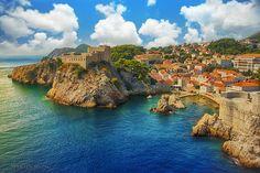 Опколен со високи дебели ѕидови, стариот приморски град во Далмација, Дубровник е еден од најубавите градови во светот... Golden Key, Dubrovnik, Continents, River, Island, World, City, Places, Outdoor