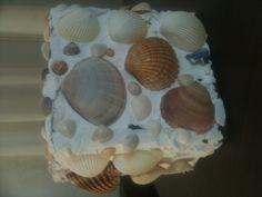 Bloempot beplakt met schelpen
