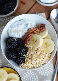 Papas de iogurte grego com sementes de chia, cereais, banana e nozes