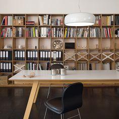 Zona de trabajo - AD España, © Santi Caleca Mesa en el estudio con lámpara Smithfield para Flos.