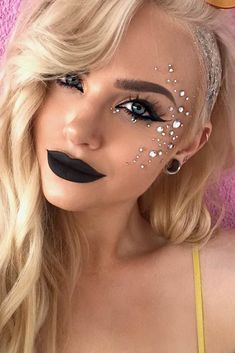 30 Coachella Makeup Inspired Looks To Be The Real Hit Sparkly Jewelery F. - 30 Coachella Makeup Inspired Looks To Be The Real Hit Sparkly Jewelery Festival Makeup Look - Festival Looks, Festival Face Gems, Coachella Make-up, Coachella Looks, Coachella Festival, Makeup Looks 2018, Mermaid Makeup Looks, Cute Makeup Looks, Party Makeup Looks