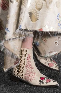 Alexander McQueen at Paris Fashion Week Fall 2017 - Details Runway Photos