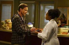 Grey's Anatomy: Alex arrisca tudo para salvar vida de criança - http://popseries.com.br/2017/05/02/greys-anatomy-13-temporada-leave-it-inside/