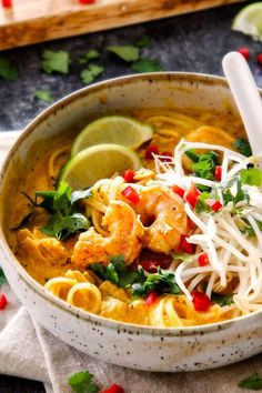side view of a bowl of laksa soup with bean sprouts, shrimp, chicken and cilantro Thai Shrimp Curry, Thai Curry Soup, Curry Laksa, Coconut Curry Soup, Bean Sprout Soup, Bean Sprout Recipes, Bean Sprouts, Laksa Soup Recipes, Laksa Recipe