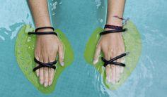Gloriana Fonseca, instructora de natación del gimnasio MultiSpa en Tibás, muestra la forma correcta de colocarse las manoplas.