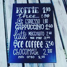 Koffiebord getekend met posca stiften op een zwart bord 60x40. Voor in een ijssalon waar je ook koffie kunt krijgen.