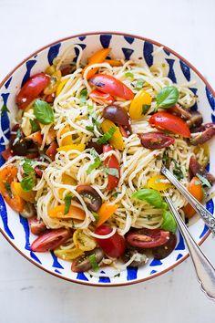 Schnelle Pasta mit Tomaten und Basilikum mit frischen Tomaten, Knoblauch, Zitronensaft, Basilikum und Parmesan. Super einfach und so herrlich sommerlich.