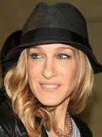 Sarah Jessica sempre muito antenada e ultrafashion, mostrou que o chapéu também é acessório para ambientes fechados! Chapéu fedora da Chá de Mulher.