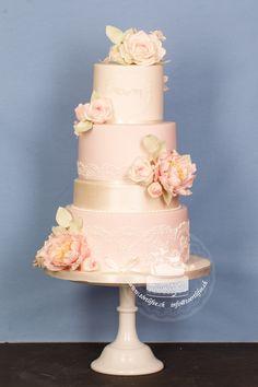 #hochzeitstorte    #vintagestyle #weddingcake #vintagestylewedding #weddingnetworkswitzerland #hochzeit   #weddinginspiration #vintagewedding #handmadedecor #handmade   #sugarflower #laces #initialen #rosa #perlglanz #perlen  #sugarflowerpeonies #peonies #pfingstrosen #weisserosen #cakedesigns #swisscakedesigner #törtlifee #suhr Cupcakes, Desserts, Pink, Single Flowers, White Roses, Real Flowers, Peonies, Pearls, Tailgate Desserts
