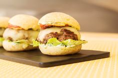 Hambúrguer caseiro no pão de queijo, que fica simplesmente incrível e pronto em minutos.